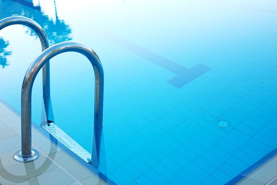 piscina a sfioro da giardino