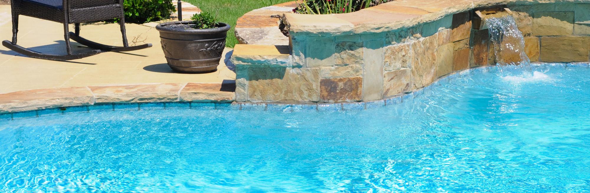 piscina con sistema a skimmer da giardino