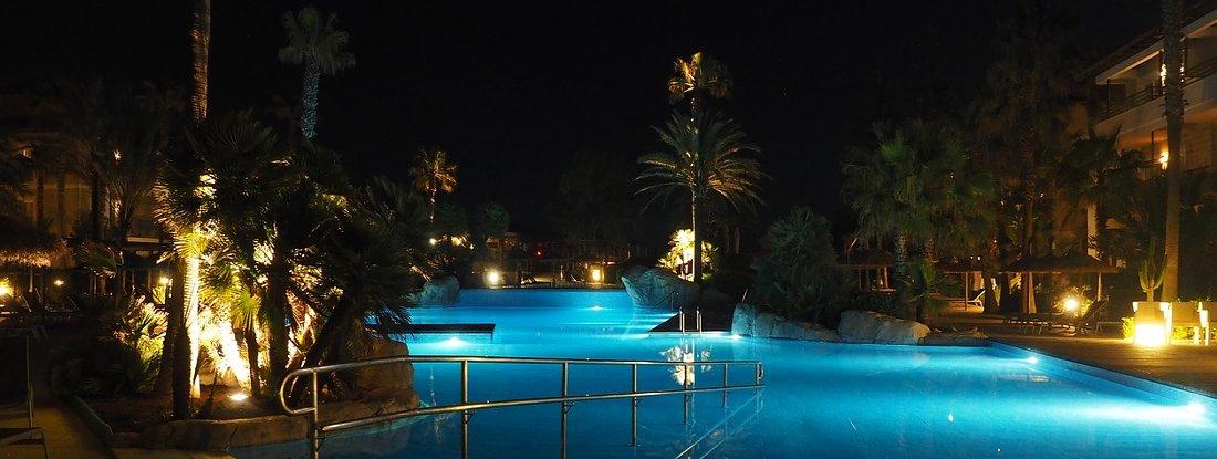 illuminazione della piscina di notte