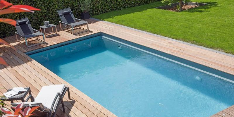 Acqua della piscina pulita utilizzando cloro e acido cianurico
